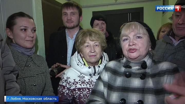 Мать с четырьмя детьми выселяют на улицу из-за квартирных рейдеров
