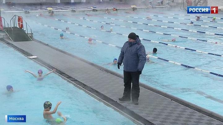 Галактическая девушка плавает в бассейне