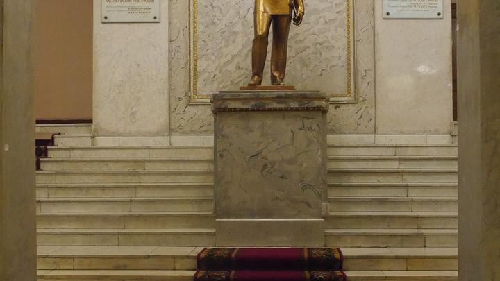 памятник адмиралу флота Советского Союза Н.Г. Кузнецову в Военно-морской академии