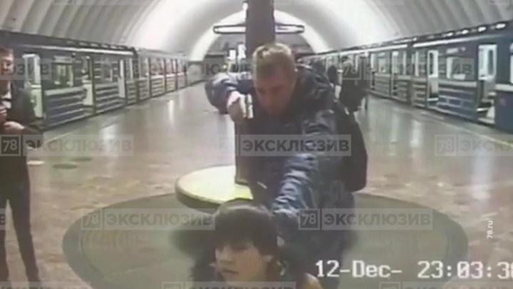 Полчаса под дулом пистолета: пьяный охранник метро принял подростка за террориста