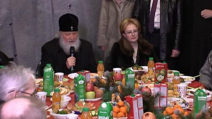 Патриарх Кирилл рассказал бездомным о своей бедности