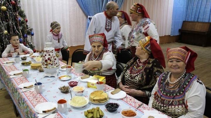 Начинается самое интересное – песенная перекличка за чаепитием. На трех языках: мокшанском, эрзя и русском.