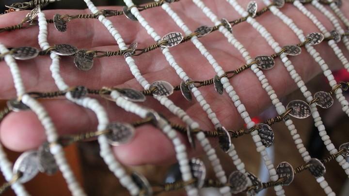"""Нагрудное украшение концертного костюма, доставшееся от предков, на языке мокша """"Кргань Перьф"""": бисер и древние серебряные копейки, скрепленные конским волосом"""