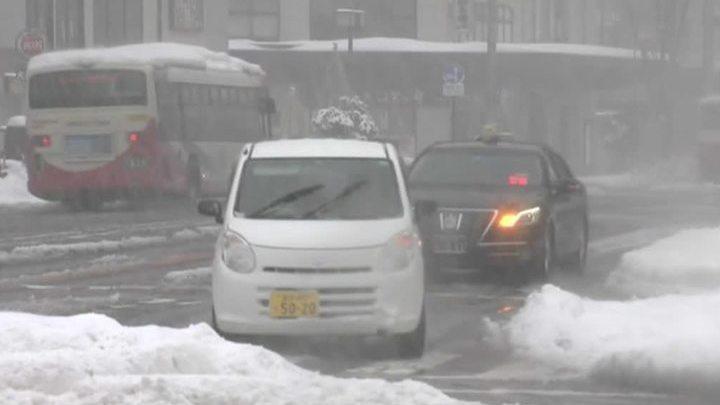 Метровые сугробы и застрявшие поезда: Японию засыпало снегом