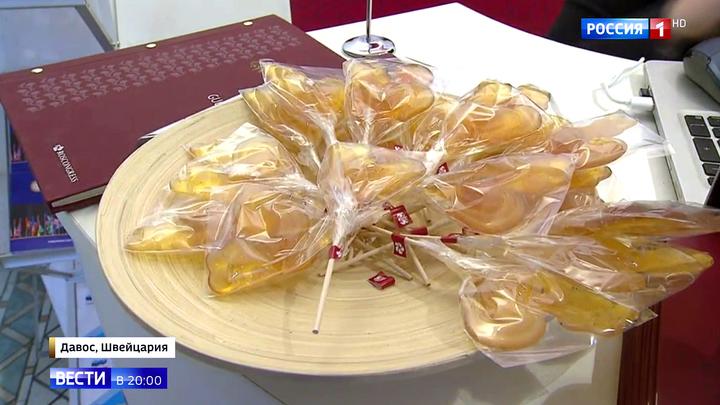 Участников Давосского форума угощают петушками