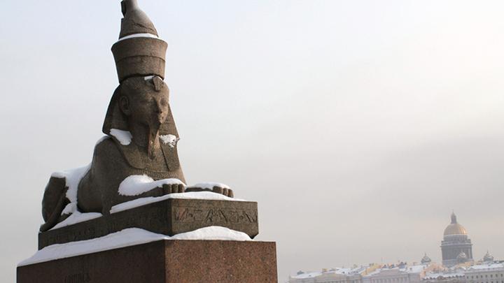 Санкт-Петербург, Университетская набережная. Сфинксы у Академии Художеств, на другом берегу - Исаакиевский собор, в те дни закрытый защитной сеткой.