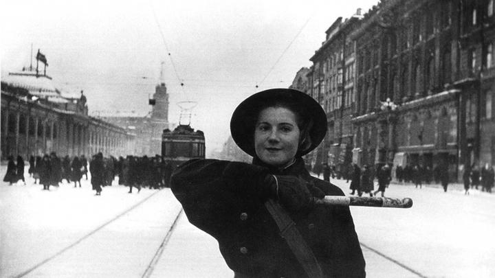 Блокада. Старшина милиции А. Федорова на Невском проспекте. Вдали здание Госдумы, еще целое. 1941 год.