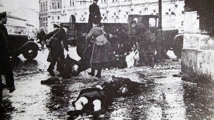 Блокада. После немецкого обстрела на Невском проспекте у Московского вокзала, 1941 год.