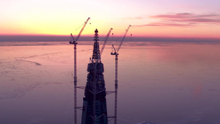 """87 этажей над Балтикой: шпиль """"Лахта Центра"""" достиг проектной высоты"""