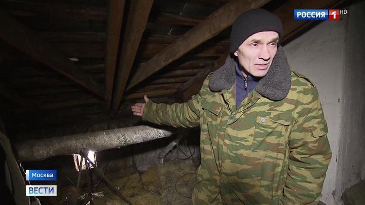Пробитая крыша устроила ливень в квартирах москвичей