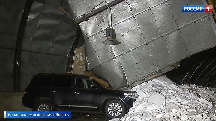 Обрушение крыши стоянки в Балашихе: тонны снега повредили 20 машин