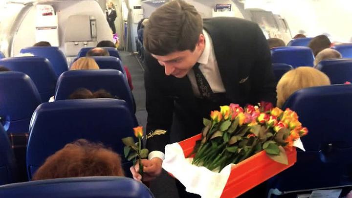 Россиянок поздравляют цветами и мировыми рекордами