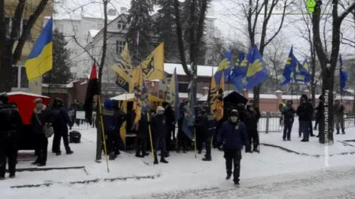 """""""Добро пожаловать в ад"""": украинские радикалы разожгли костры у российских дипмиссий"""