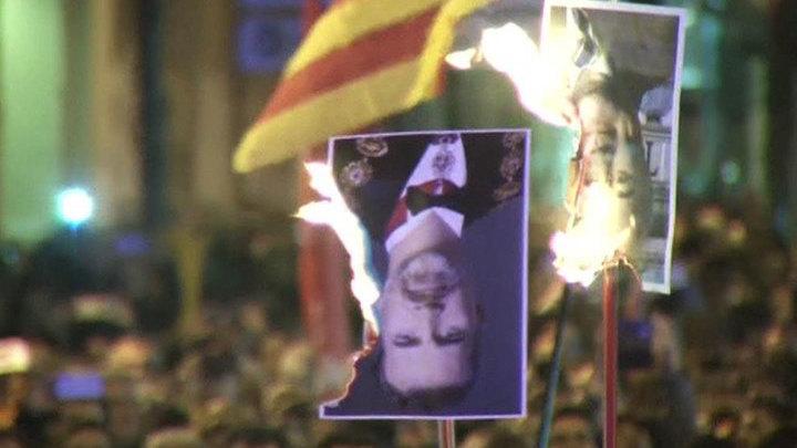 В Барселоне протестующие сожгли портреты короля Испании