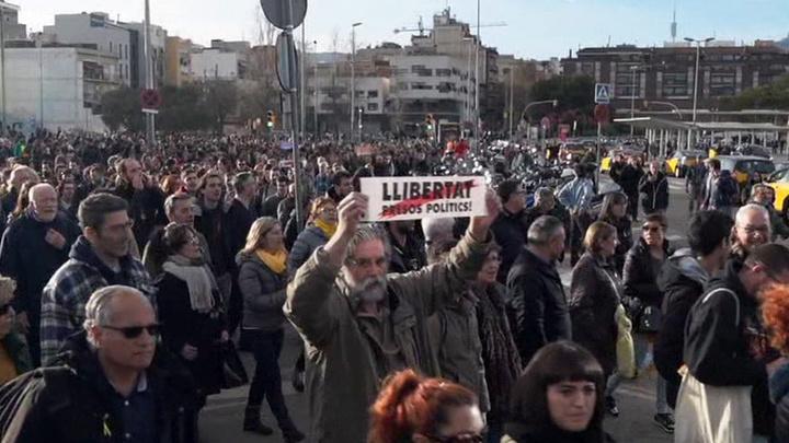 В Испании полиция разогнала дубинками сторонников независимости Каталонии