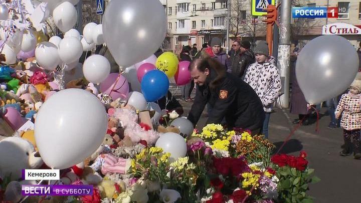 """Жители и гости Кемерова несут цветы к мемориалу """"Зимней вишни"""""""