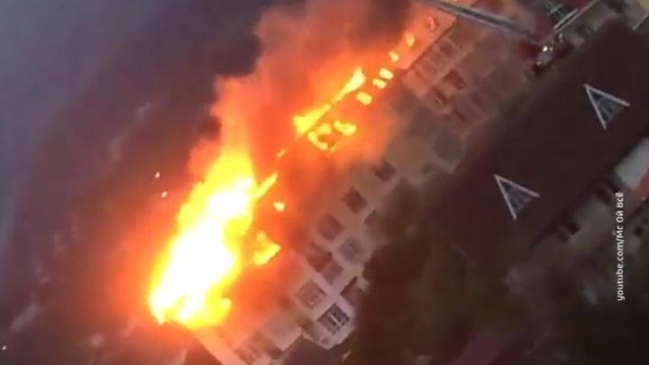 Огонь опускается на нижние этажи горящей многоэтажки в Сочи