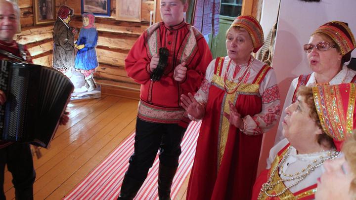 Заведующая музеем А.Мусатова Анна Степаненко(в центре) и время для «Из под дуба, из под вяза»…