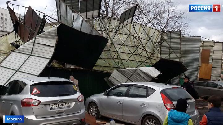 Летающие крыши и сломанные деревья: столицу приводят в порядок после урагана