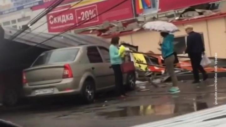 Летающие крыши и перевернутые остановки: по Уралу и Сибири прогулялся ураган