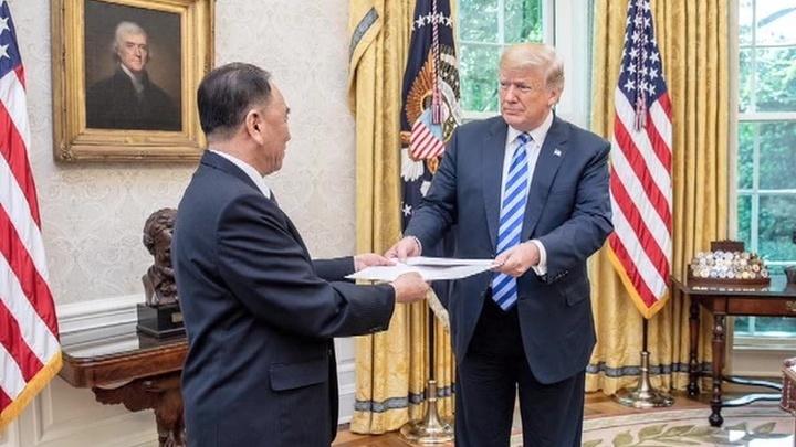 Белый дом опубликовал фото Трампа с письмом лидера КНДР