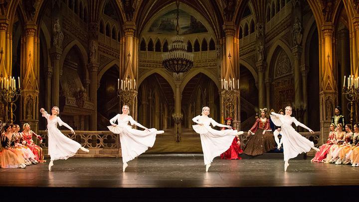 Сцена из балета «Лебединое озеро», театр балета имени П.Чайковского, Санкт-Петербург. Фото Д. Кочеткова