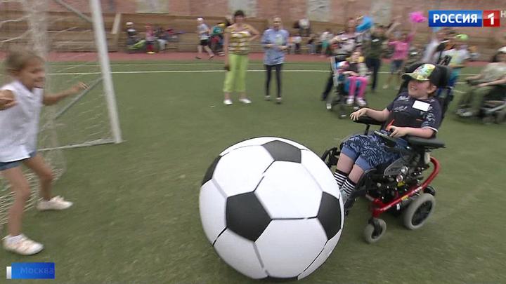 Праздник в подарок: для пациентов детского хосписа устроили футбольный матч