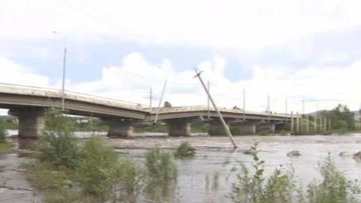 В Чите из-за наводнения рухнул автомобильный мост