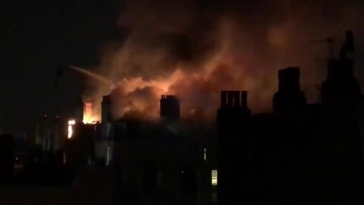 В Лондоне сотня пожарных тушит жилой дом
