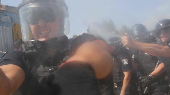Киевский полицейский распылил газ в лицо фотокора Associated Press