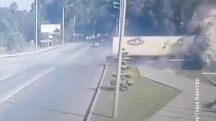 """Груженая водкой фура врезалась в стелу """"Новокузнецк"""""""