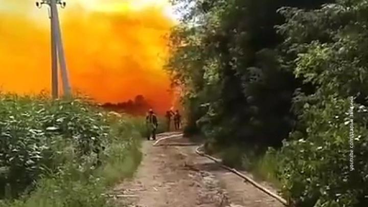 На Украине спасатели проводят нейтрализацию разлившейся азотной кислоты