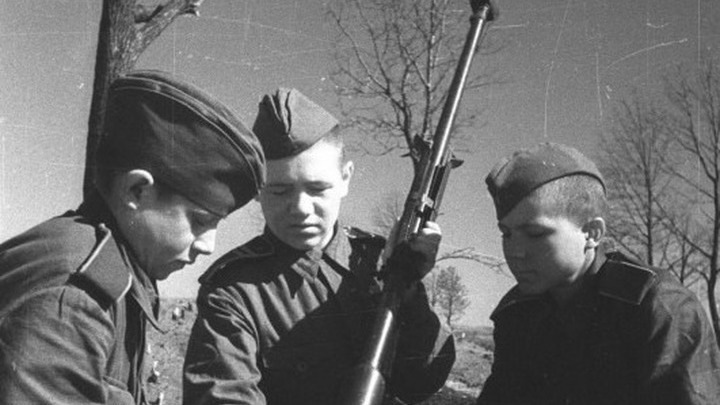 1943 год. Обучение солдат-противотанкистов, Курская дуга. Автор Наталья Боде