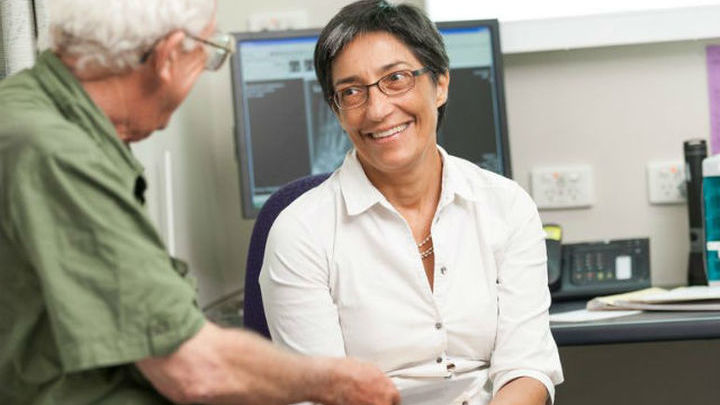 Профессор Ранжени Томас с пациентом