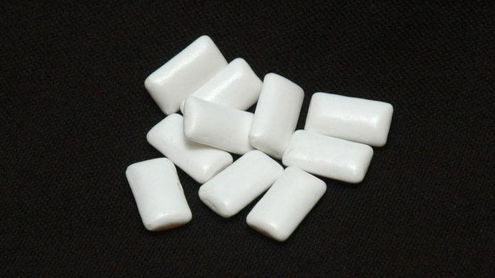 Краситель диоксид титана часто используется в жевательной резинке для создания эффекта отбеливания зубов.
