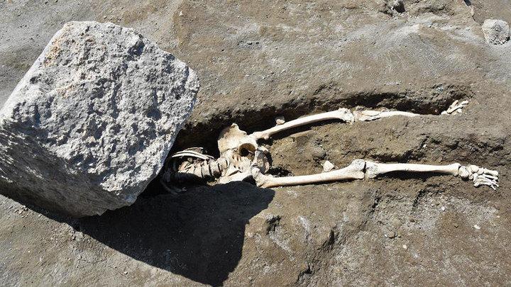 Скелет мужчины, раздавленного каменным блоком. Фото: Archaeological site of Pompeii