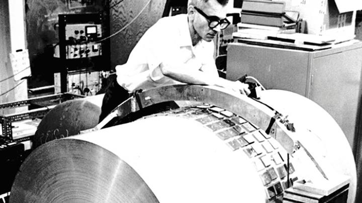 Джозеф Вебер работает с детектором, который изобрёл сам