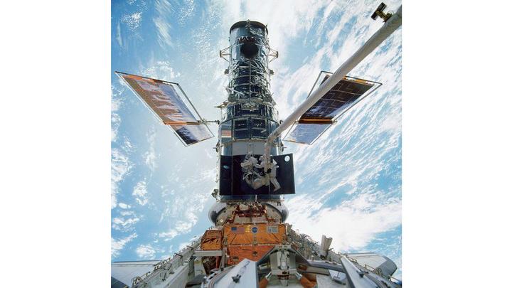 "Шаттл Discovery выводит телескоп ""Хаббл"" на орбиту 24 апреля 1990 года"