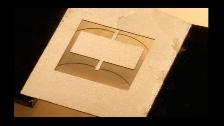 В новом гравиметре масса и удерживающие её на рамке дуги выполнены из единого листа кремния