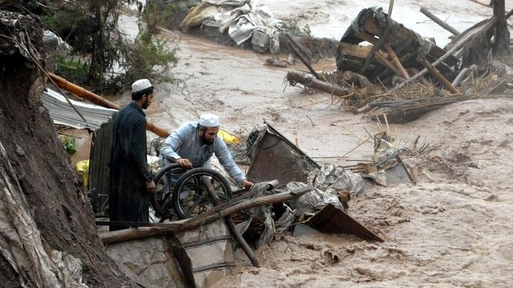 Наводнение в Пешаваре, Пакистан, в апреле 2016 года унесло жизни 49 человек, десятки были ранены.