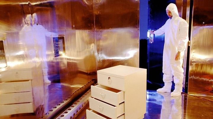 Исследователи измеряют уровни ЛОВ, испускаемых мебелью в полностью закрытой комнате.