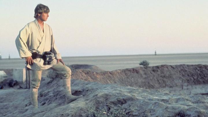 """Татуин в киноэпопее """"Звёздные войны"""" - планета-пустыня, вращающаяся вокруг двойной звезды Внешнего края. В этом мире, по сюжету, выросли Энакин и Люк Скайуокеры."""