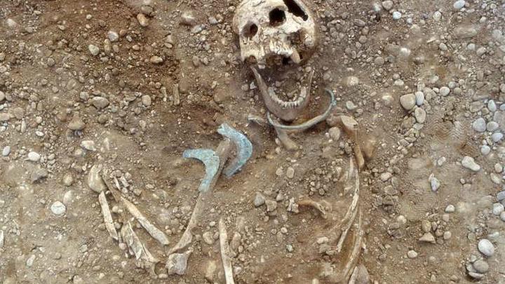 Изучение костей и зубов погребённых женщин однозначно указывает на то, что они родом не из этой местности.
