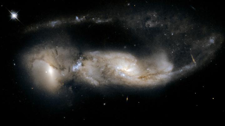 """Столкновение считается основным механизмом """"галактических метаморфоз"""". На фото взаимодействующие галактики NGC 6621 и NGC 6622."""