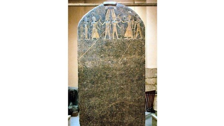 """Стела Мернептаха является самым ранним древнеегипетским документом, в котором упоминается """"I.si.ri.ar"""" или """"Isirial"""", что толкуется учёными как """"Израиль""""."""