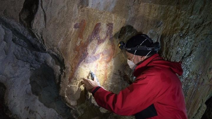 Реставраторы за работой в Каповой пещере.