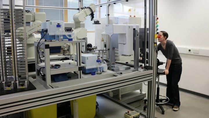 Робот Ева разрабатывает и тестирует гипотезы, проводит эксперименты с использованием лабораторной робототехники, интерпретирует результаты и вносит корректировки.