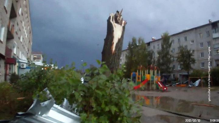 В Пермском крае ветер повредил крыши 14 зданий и оставил без света 16 домов