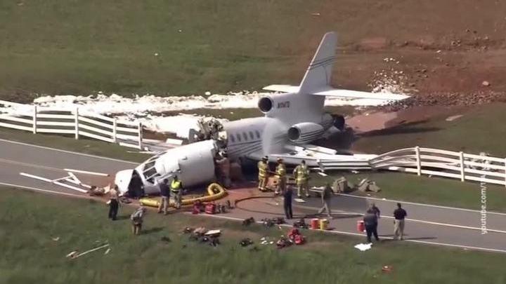 В США самолет выехал за пределы полосы, два человека погибли