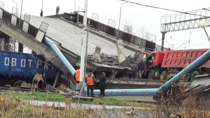 На Дальнем Востоке на товарный состав рухнул виадук с грузовой машиной